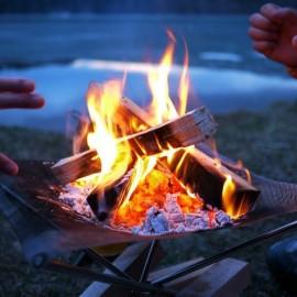 冬でも薪に灯した炎を囲み語り合う。日頃語り尽くせない想いが言葉となって絆が生まれる